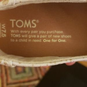 Toms Shoes - 🆕️New in box Toms classic gold foil snow spots
